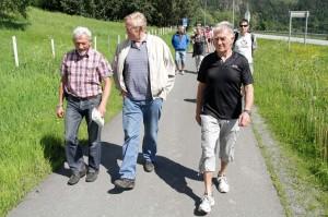 Kunnskapsrike vandrere. Det var mye kunnskap og masse historie som ble delt under årets grendavandring på Skatval. I front her er Jostein Skatvold, Magnus Fiskvik og Egil Hernes. Foto Geir Olav Flåan